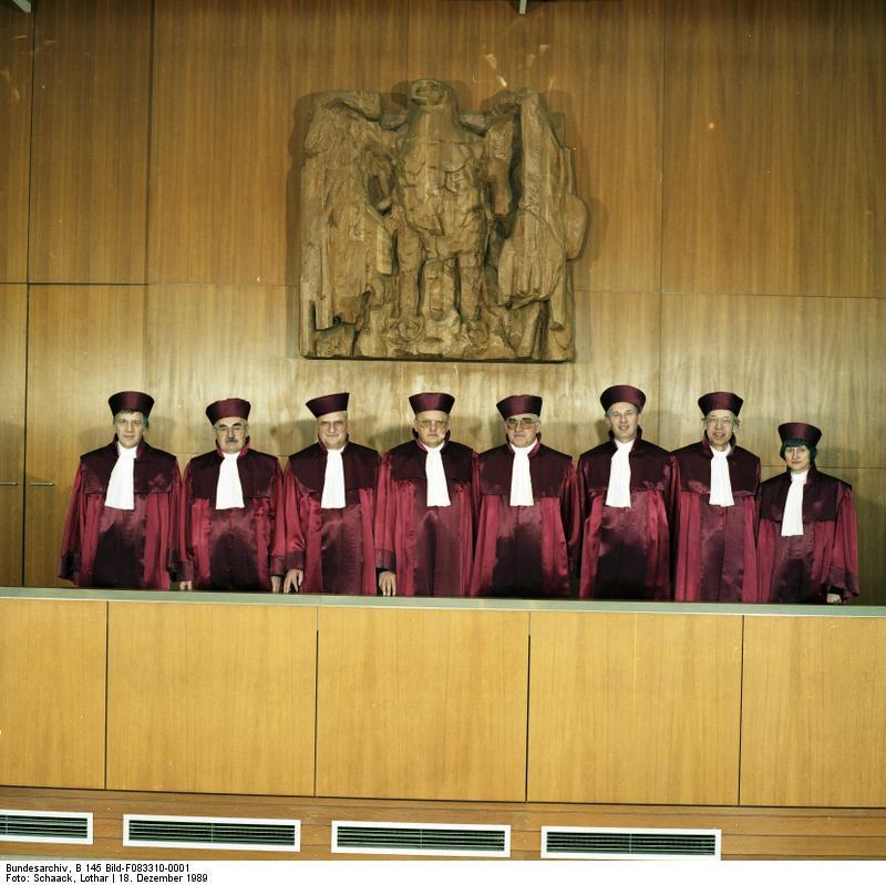 Bundesarchiv B 145 Bild F083310 0001 Karlsruhe Bundesverfassungsgericht - Zugang zur Justiz
